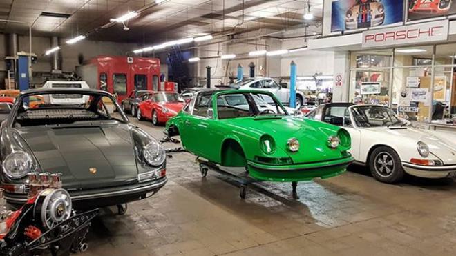 Un centenario taller de Porsche, obligado a abandonar Barcelona por las duras políticas de Ada Colau