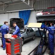Revisión y desinfección: la puesta a punto en los talleres murcianos antes de vacaciones