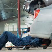 Camillas para mecánicos: cómo elegirlas para garantizar la seguridad y comodidad