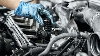 La pérdida de potencia y velocidad, así como un ruido metálico característico indican que el motor puede haber gripado