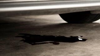 Las fugas de fluidos se pueden identificar con bastante claridad por el color o ubicación del charco bajo el automóvil