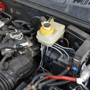 Consejos para almacenar los líquidos de suspensión y de frenos en el taller