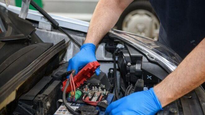 Precauciones para montar o manipular la batería del vehículo