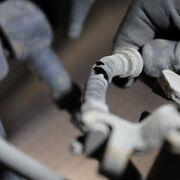 Desmontaje y montaje del cable del freno de mano: cómo sustituirlo
