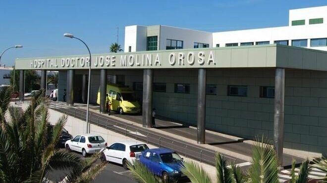 Un mecánico queda atrapado bajo un coche en un taller de Arrecife (Las Palmas)