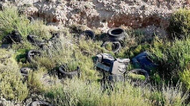 Denuncian un vertedero ilegal de neumáticos cerca del campo de fútbol de Algeciras