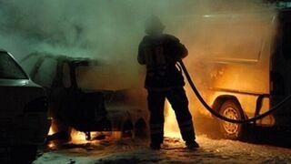 Arden varios coches en el incendio de un taller de Almería