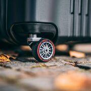 Pirelli, junto a Montblanc, crea una maleta de edición limitada inspirada en sus P Zero