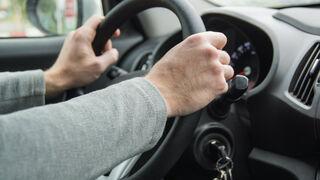 El desequilibrio en las ruedas, la dificultad para mantener el vehículo en línea recta o las vibraciones son algunos síntomas de avería en la cremallera de dirección del coche