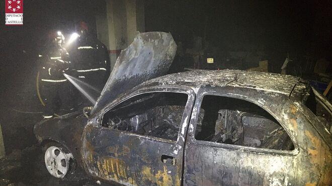Un hombre herido y un coche calcinado en el incendio de un taller en Castellón