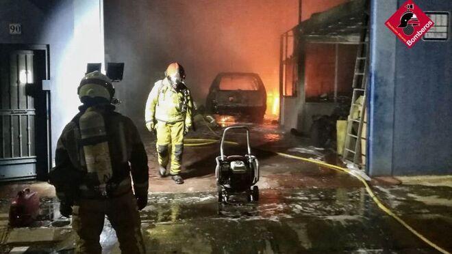 Calcinado un vehículo GLP en el incendio en un taller de Guardamar del Segura (Alicante)