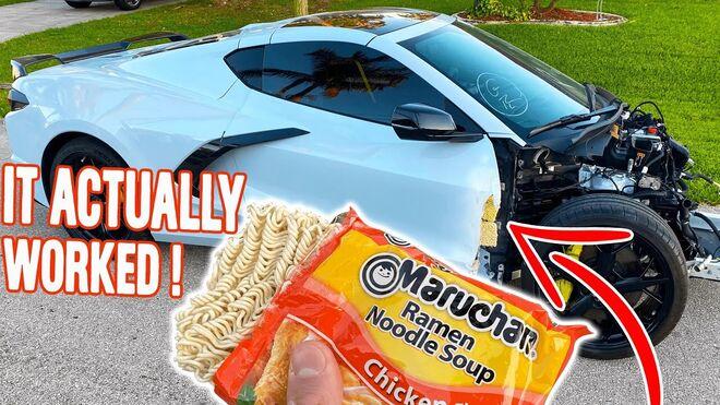 La curiosa reparación de un youtuber: ramen para la puerta de su Corvette
