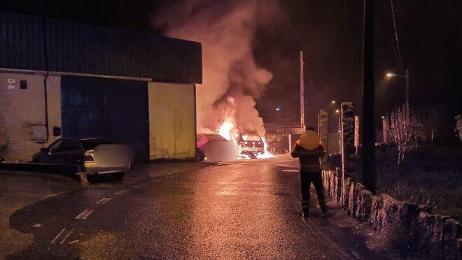 Tres coches arden a la puerta de un taller de Caldas (Pontevedra)