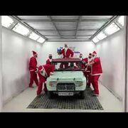 De Papá Noel y al ritmo de Mariah Carey: la divertida felicitación navideña de un taller de Sitges con un Mehari