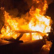 Medio centenar de vehículos destruidos por incendio en desguace de Carmona (Sevilla)