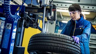 La mayoría de mujeres opina estar tan capacitada como el hombre para la mecánica