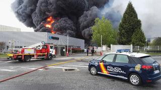Un incendio destruye dos naves de Recambios Frain en Lugo