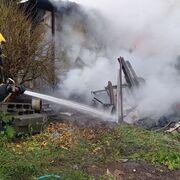 Un coche calcinado en el incendio en un taller de Sanxenxo (Pontevedra)