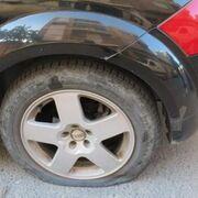 Un anciano pincha ruedas de 14 coches de un taller alicantino porque le molestaban