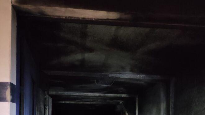 Arden tres vehículos en el incendio de un taller en Algodonales (Cádiz)