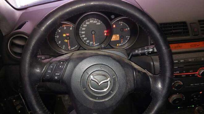 El Mazda 3 de primera generación, a revisión por un problema con el logo del volante