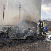 Incendio de un coche en un taller en el barrio de El Cardón de Las Palmas