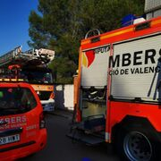 Aparatoso incendio en un taller de coches en Alberic (Valencia)