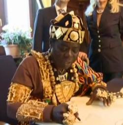 Cephas Bansah, con una de las coronas sustraídas
